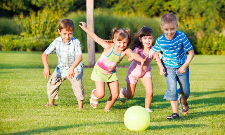 Crianças hiperativas (TDAH) brincando com uma bola